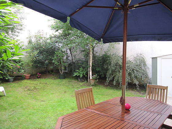 Garden furnished with 1 armchair(s)