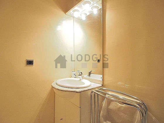 Salle de bain avec du carrelageau sol