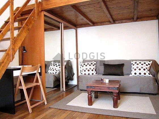 Séjour calme équipé de 1 canapé(s) lit(s) de 90cm, 1 lit(s) mezzanine de 140cm, télé, penderie