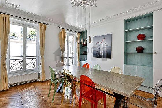 Belle salle à manger avec du parquetau sol pouvant accueillir jusqu'à 8 convives
