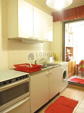 Kitchen of 10m² with tilefloor