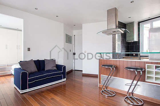 Very quiet living room furnished with tv, dvd player