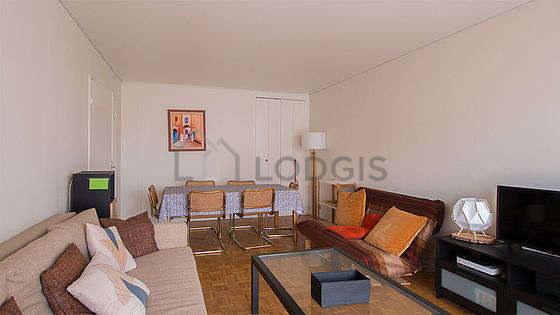 Large living room of 29m² with woodenfloor