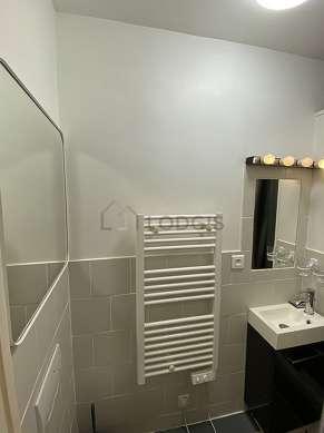 Beautiful bathroom with windows and with tilefloor