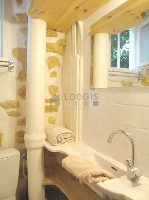 Beautiful bathroom with windows and with tilefloor