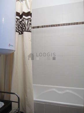 Belle salle de bain avec fenêtres et du carrelageau sol