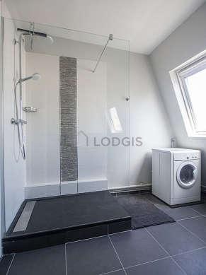 Salle de bain très claire avec fenêtres et du carrelageau sol