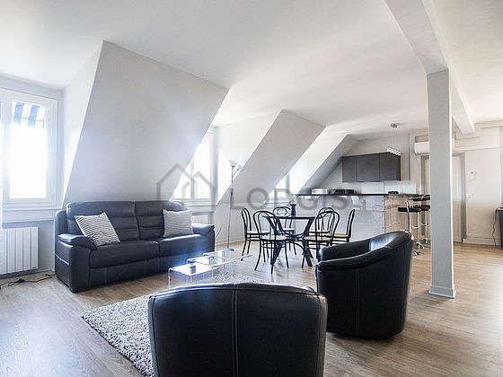 Grand salon de 55m² avec la moquetteau sol