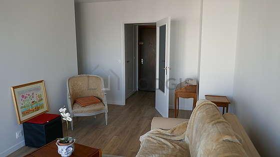 Salon très lumineux équipé de placard, 3 chaise(s)