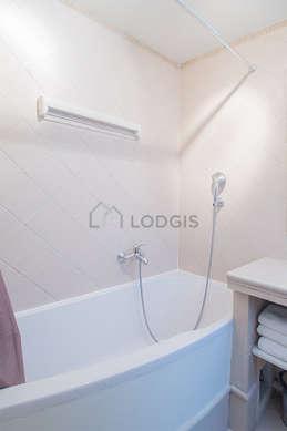 Salle de bain claire avec fenêtres et du carrelageau sol