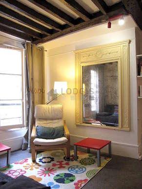 Séjour calme équipé de 1 canapé(s) lit(s) de 140cm, 1 fauteuil(s), 2 chaise(s)
