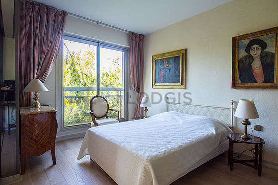 Very bright bedroom equipped with tv, dvd player, 2 armchair(s), bedside table