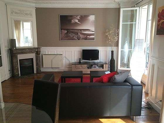 Quiet living room furnished with tv, hi-fi stereo, cupboard, 4 chair(s)