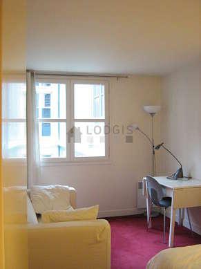 Bedroom of 10m² with the carpetingfloor