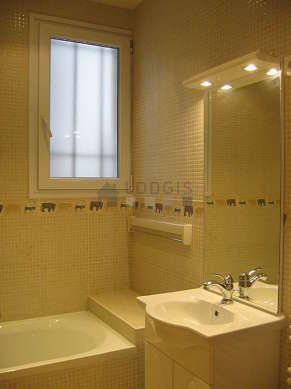 Agréable salle de bain claire avec fenêtres et du carrelageau sol