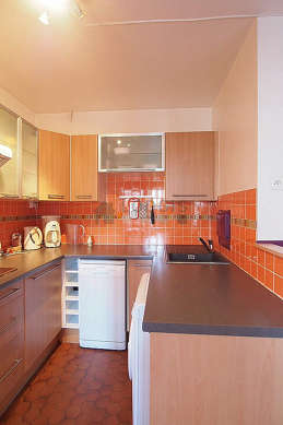 Cuisine dînatoire pour 4 personne(s) équipée de lave linge, sèche linge, réfrigerateur, hotte