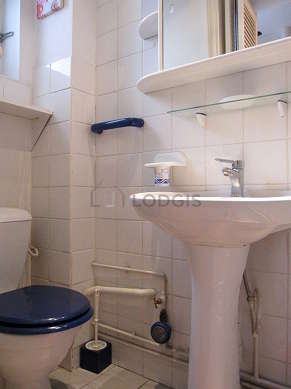 Bathroom with double-glazed windows and with tilefloor