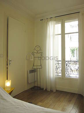 Bedroom of 10m² with woodenfloor