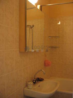 Salle de bain avec du linoleumau sol