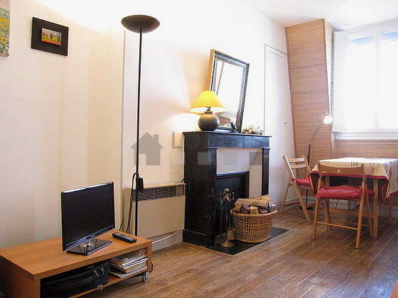 Séjour calme équipé de 1 canapé(s) lit(s) de 140cm, télé, 3 chaise(s)