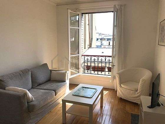 Quiet living room furnished with tv, hi-fi stereo, 1 armchair(s), 5 chair(s)