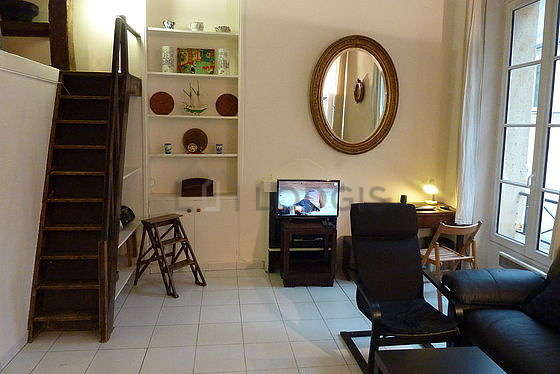 Quiet living room furnished with 1 mattress of 140cm, tv, hi-fi stereo, 2 armchair(s)