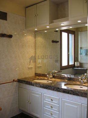 Belle salle de bain claire avec fenêtres double vitrage et du marbreau sol