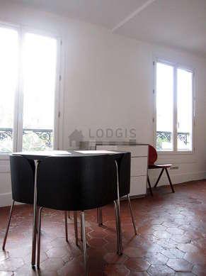Salon avec des tomettesau sol