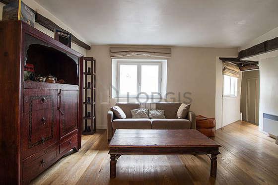 Séjour calme équipé de 1 canapé(s) lit(s) de 140cm, télé, placard, 4 chaise(s)