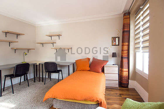 Bright bedroom equipped with tv, hi-fi stereo, dvd player, 1 armchair(s)