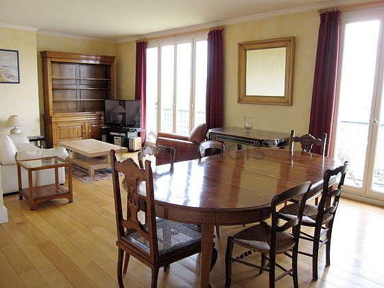 Séjour très calme équipé de télé, chaine hifi, 2 fauteuil(s), 6 chaise(s)