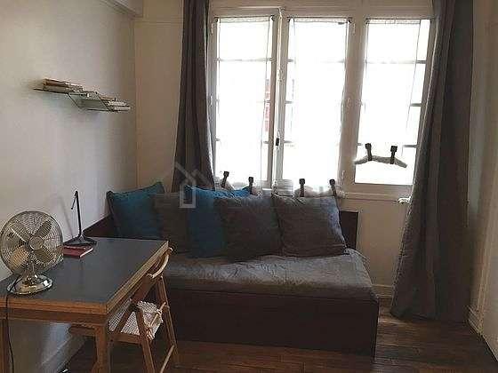Salon équipé de penderie, placard, 2 chaise(s)