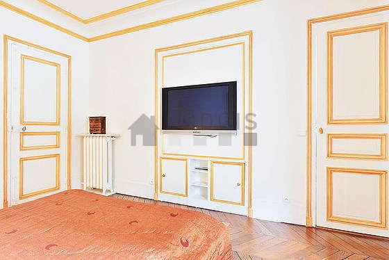 Chambre lumineuse équipée de télé, table de chevet
