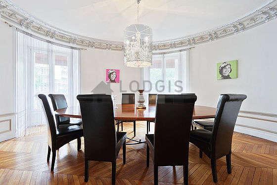 Superbe salle à manger avec du parquetau sol pouvant accueillir jusqu'à 10 convives