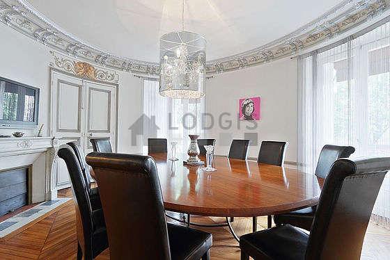Salle à manger équipée de table à manger, 10 chaise(s)