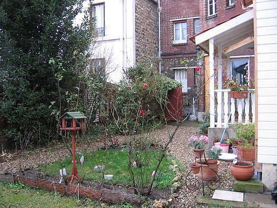 Séjour avec fenêtres double vitrage donnant sur jardin