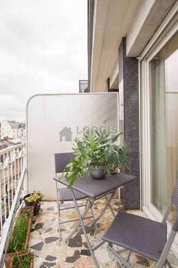 Terrasse très lumineuse avec du carrelageau sol