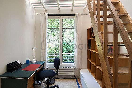 Beau bureau avec du parquetau sol, équipé de bureau, bibliothèque, etagère