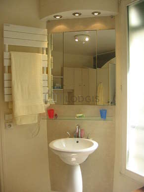 Bathroom with windows and with tilefloor
