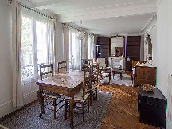 Beautiful, very quiet and very bright sitting room of an apartmentin Paris