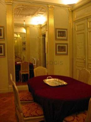 Dining room of 20m² equipped with dining table, 6 chair(s)