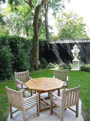Jardin de 110m² avec de la pelouseau sol