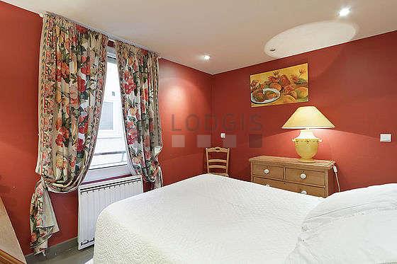Bedroom with tilefloor