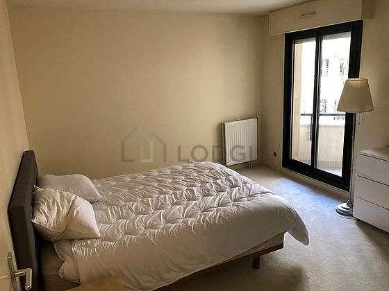 Chambre avec la moquetteau sol