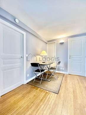Belle salle à manger avec du parquetau sol pouvant accueillir jusqu'à 4 convives