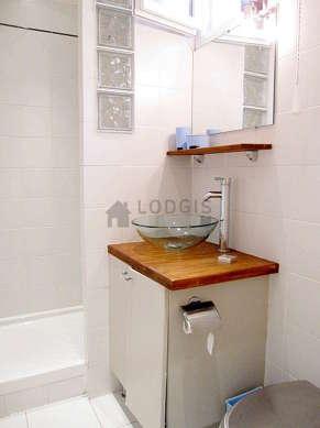 Agréable salle de bain claire avec fenêtres double vitrage et du carrelageau sol