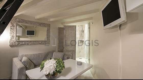 Salon avec du marbreau sol