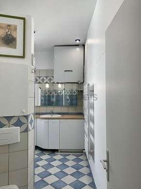 Belle salle de bain très claire avec fenêtres et du carrelageau sol
