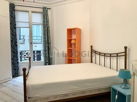 Large bedroom of 22m² with woodenfloor