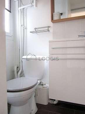 Belle salle de bain claire avec fenêtres double vitrage et du carrelageau sol